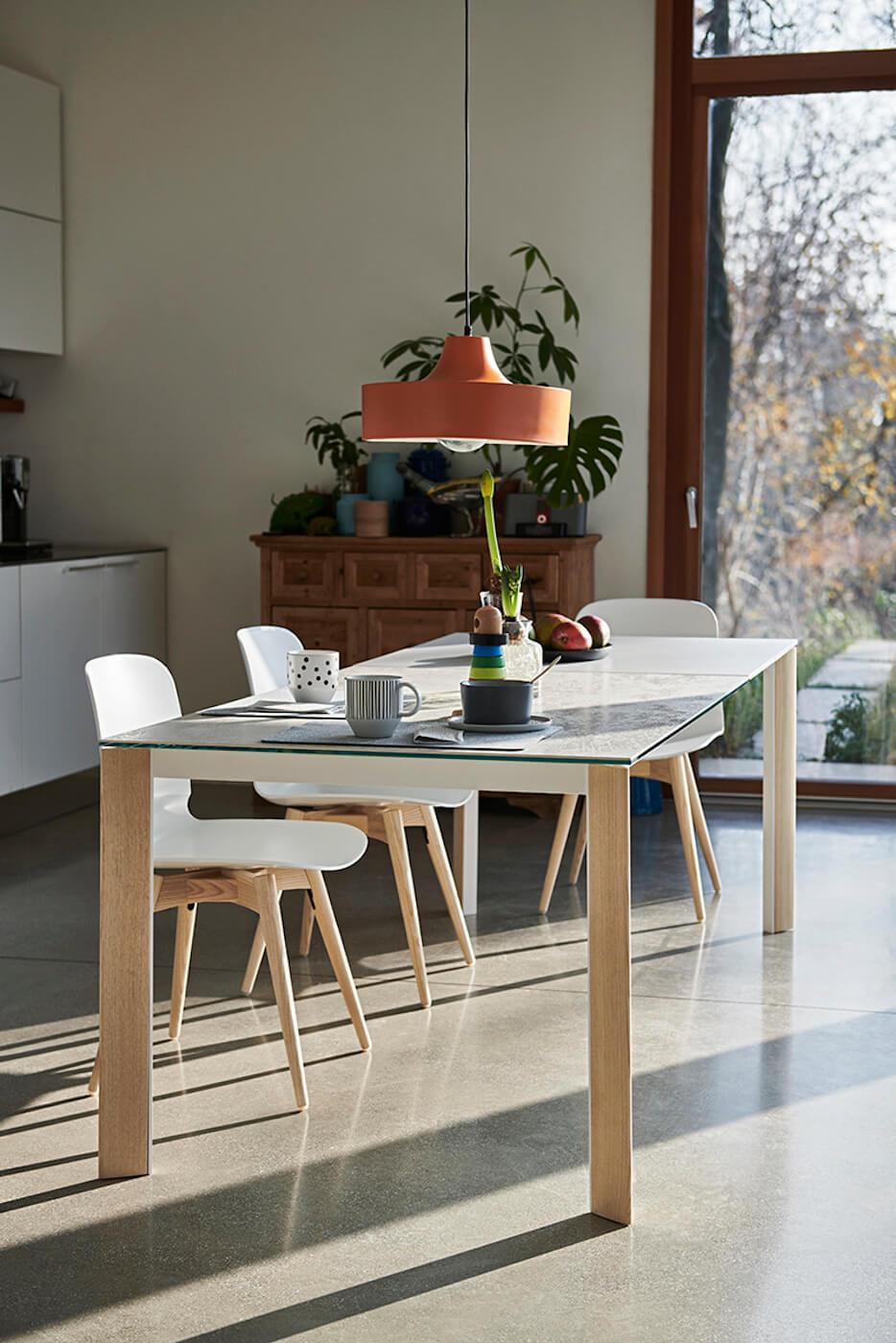 Chaise de cuisine Liù en plastique blanche et piètement en bois naturel