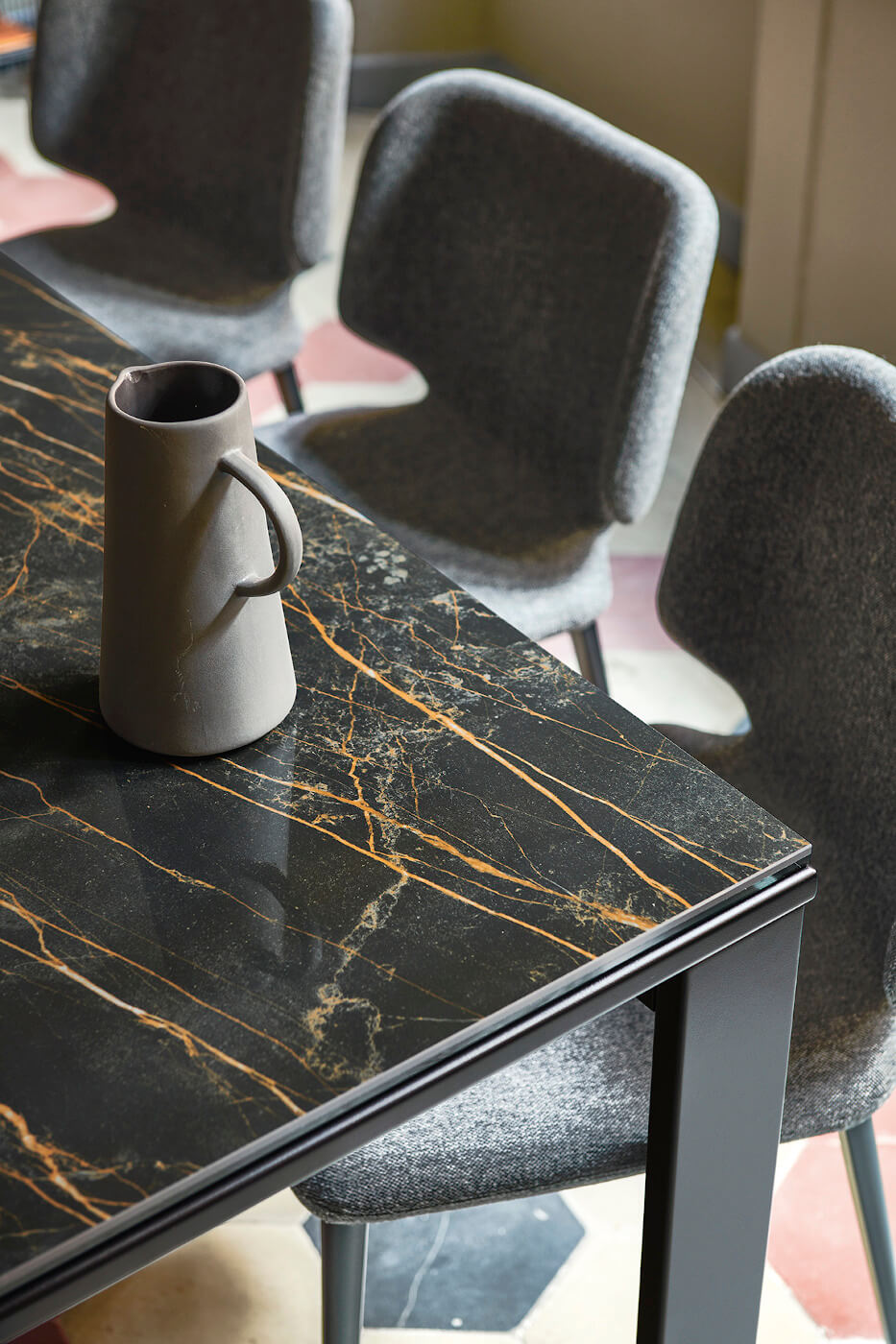 Detail of the noir desir marble effect crystalceramic top of the Marcopolo extendable table