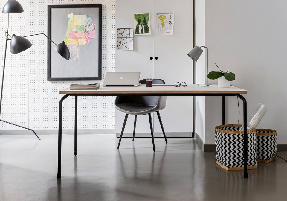 Master table with four-leg base in black metal and top in white fenix