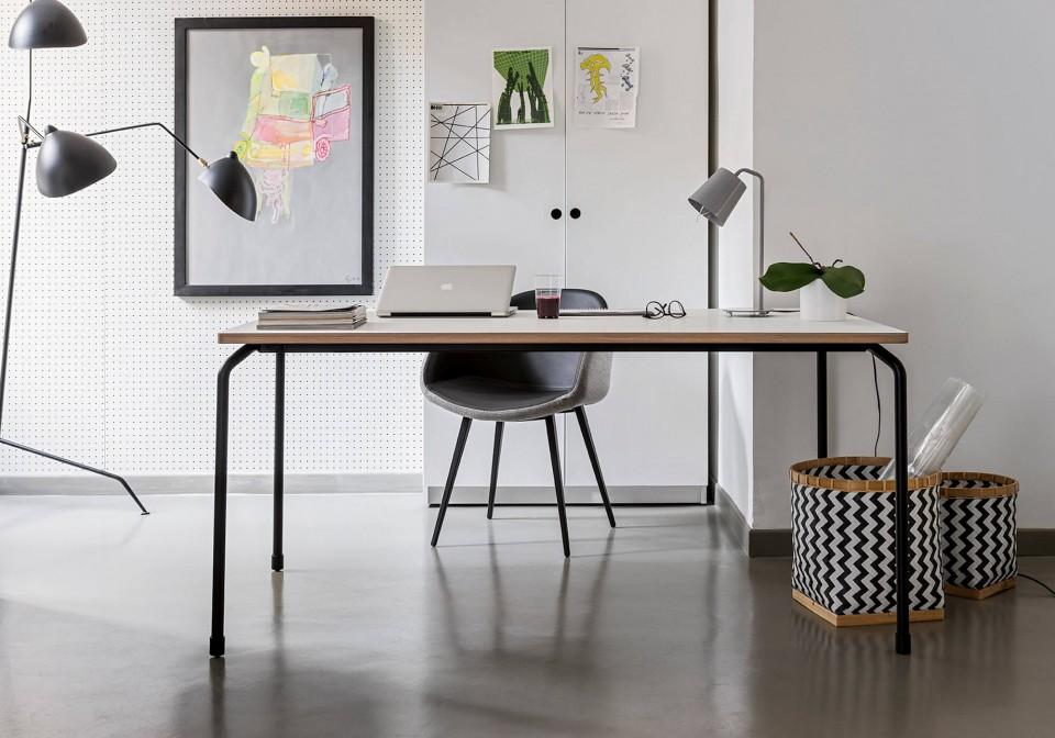 Table Master avec piétement à quatre pieds en métal noir et plateau en fenix blanc