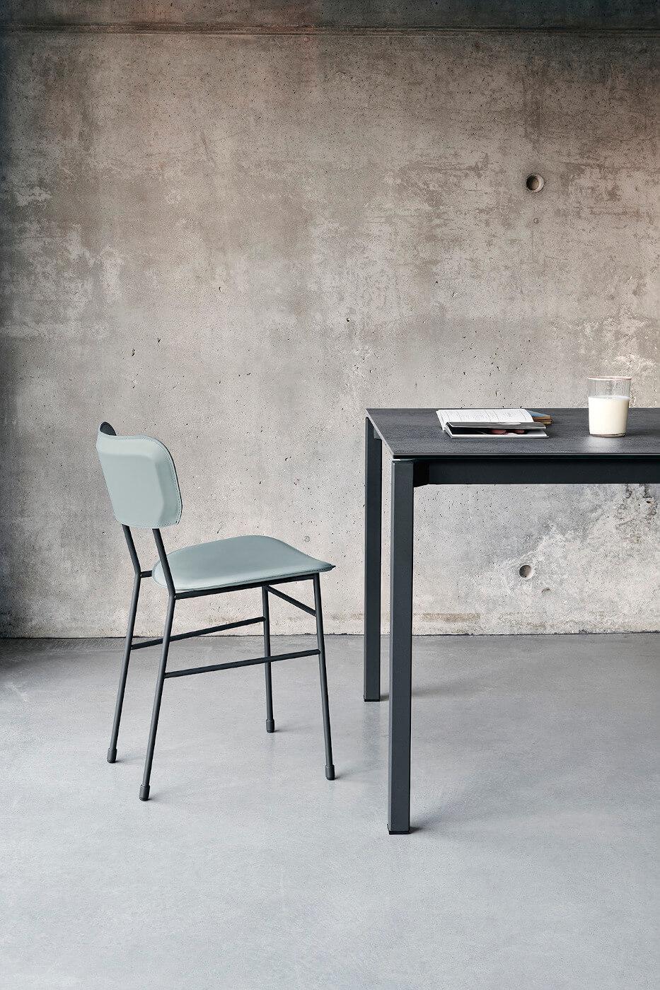 Chaise de table Master avec assise en cuir bleu et structure en métal