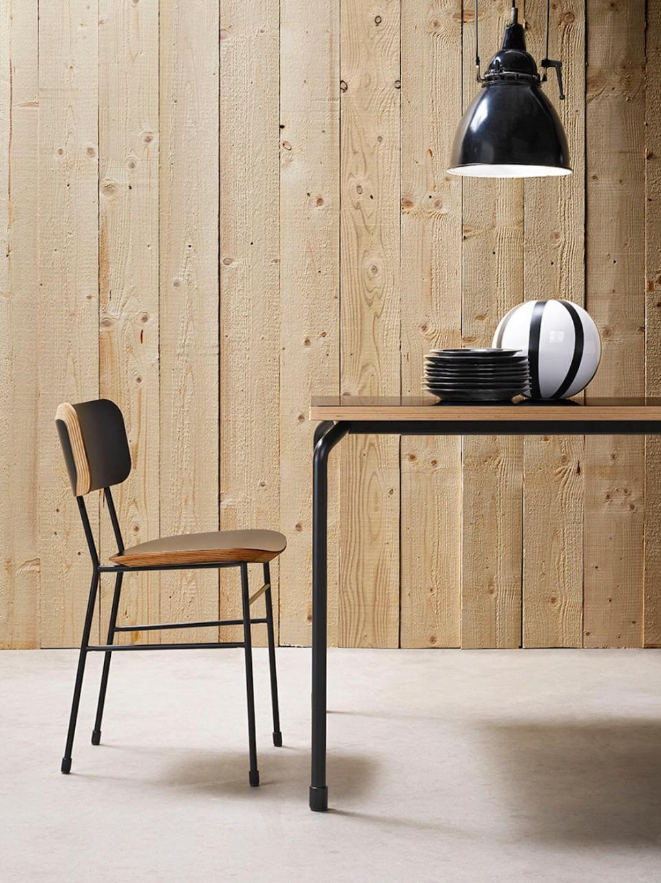 Chaise Master avec base en métal à quatre pieds et assise en bois