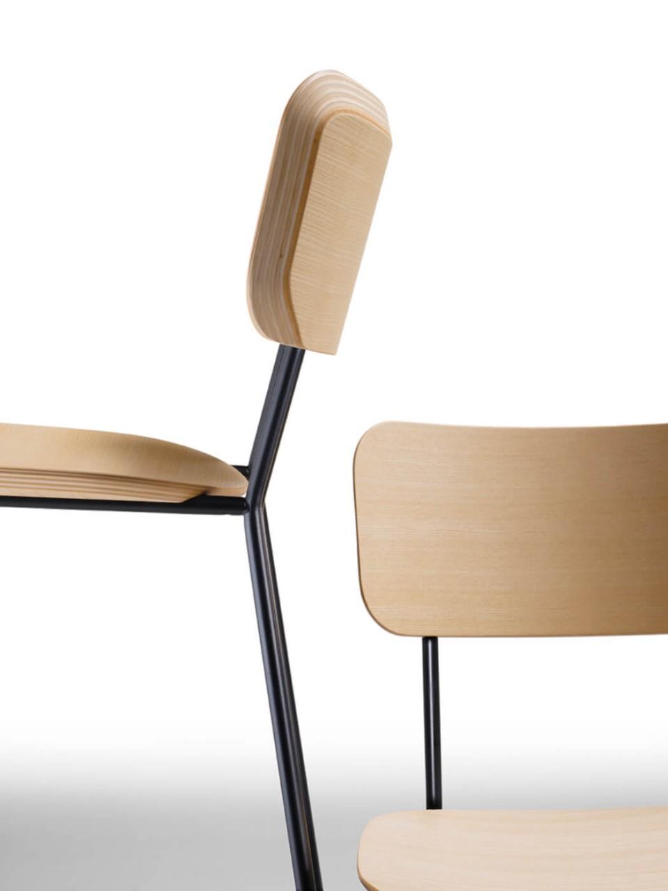 Chaise Master particulière avec assise en bois et structure en métal
