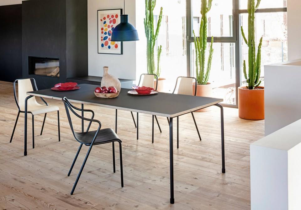 Table extensible Master avec base à quatre pieds en acier noir et plateau en fenix noir