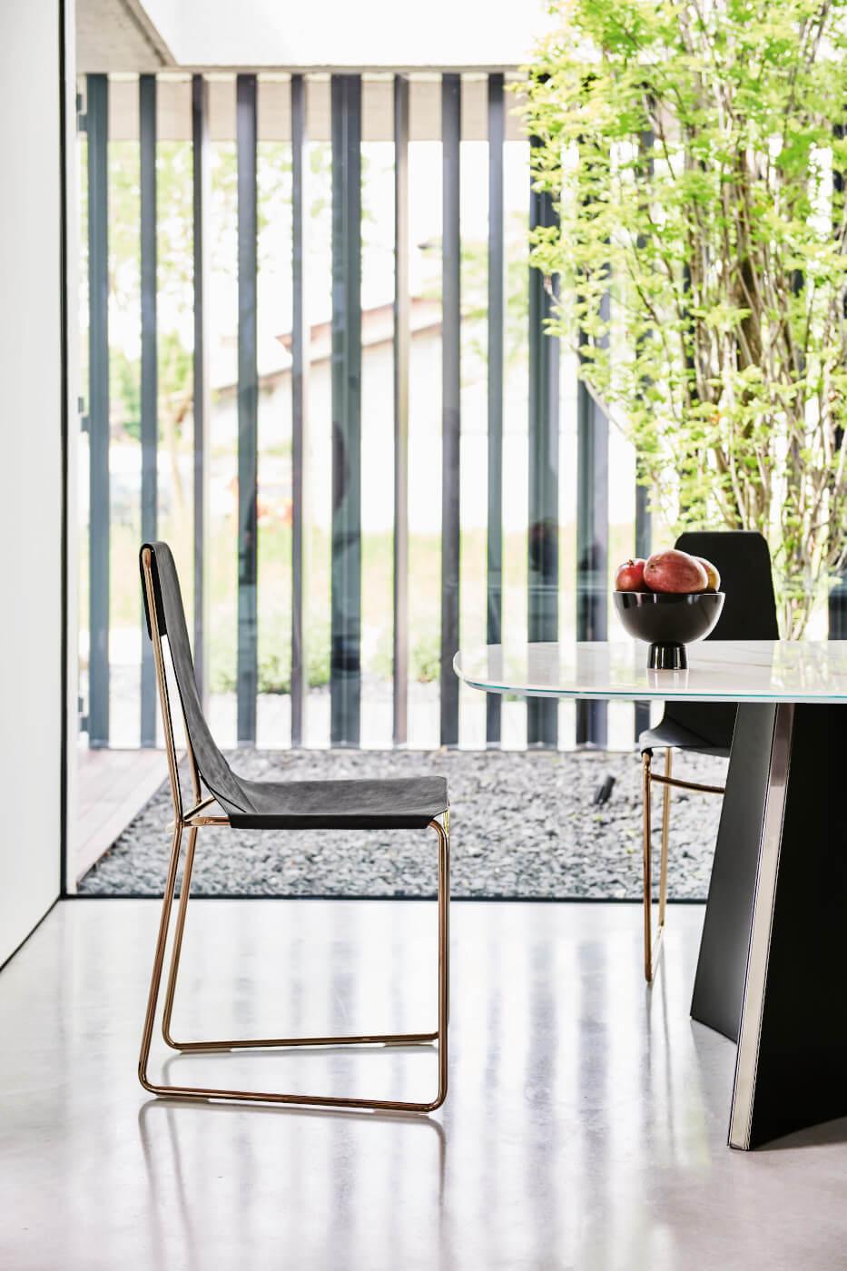 Chaise de salle à manger Mia avec structure luge en métal couleur or rose et cuir toscan noir