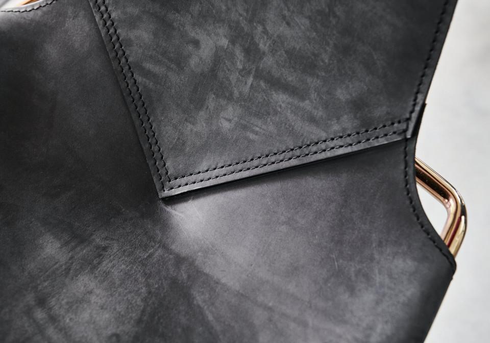 Détail des coutures de la chaise Mia en cuir toscan noir