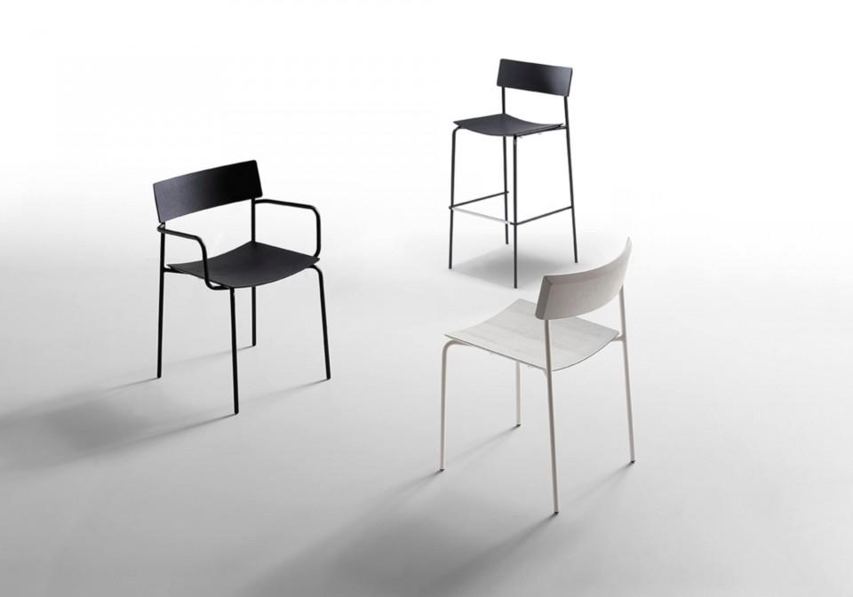 Mito fauteuil avec structure en métal noir et assise en bois noire