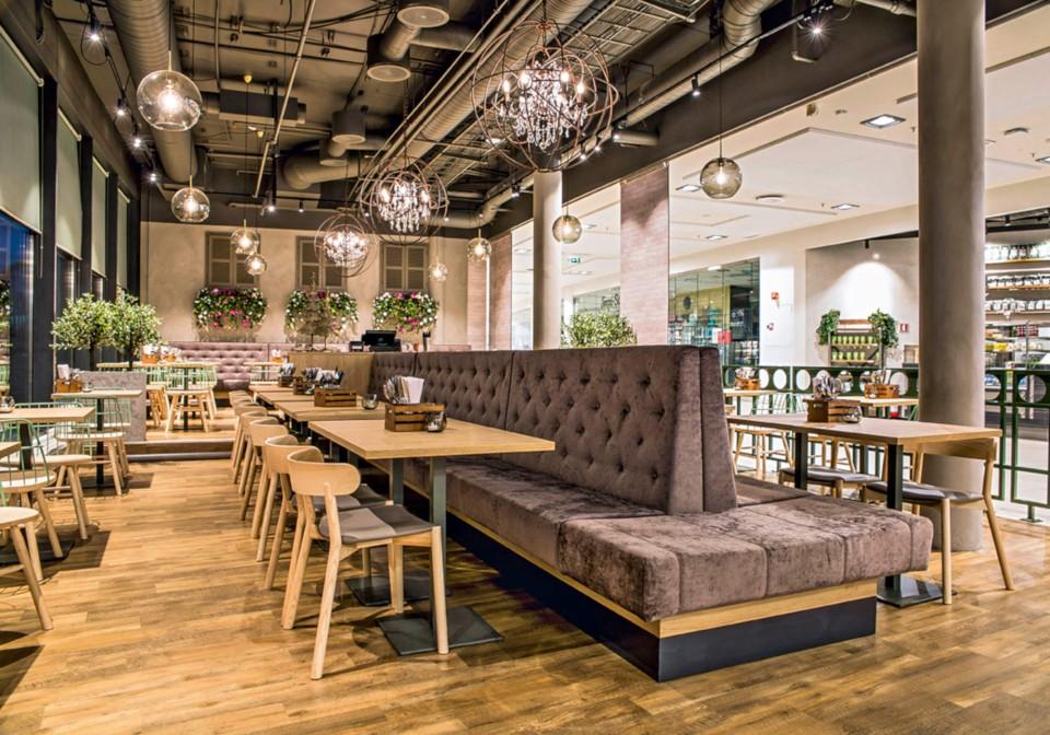 Chaise de restaurant Montera avec structure en bois et assise rembourrée en cuir marron