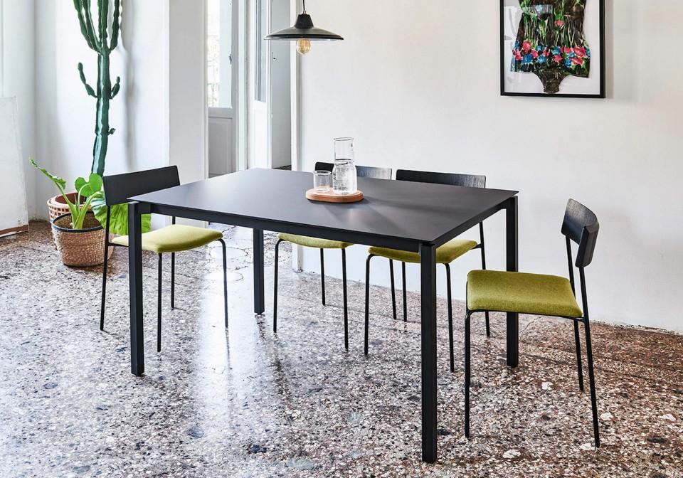 Tavolo allungabile More con gambe in acciaio nero e piano in fenix nero