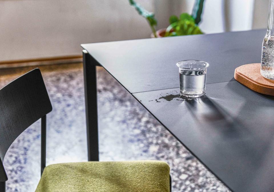 Dettaglio del tavolo More in fenix nero