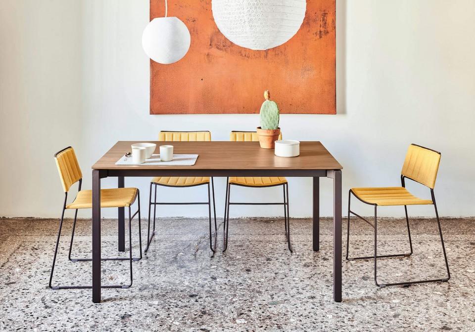 Tavolo allungabile More con gambe in acciaio color grafite e piano in legno finitura noce fiammato