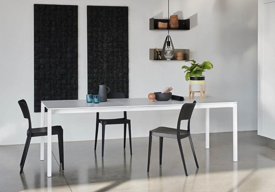 Tavolo allungabile More con gambe in acciaio bianco e piano in fenix bianco