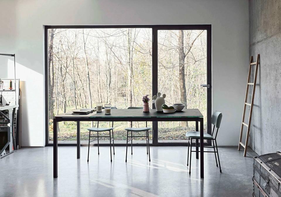 Tavolo allungabile More con gambe in acciaio grafite e piano in cristalceramica color piombo e allunga in contrasto