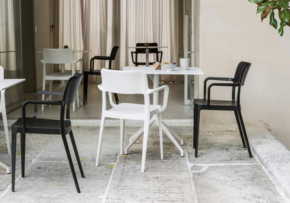 Nenè table chair with armrests with seat and structure in polypropylene