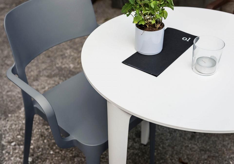 Dettaglio del piano in hpl banco del tavolo Nenè