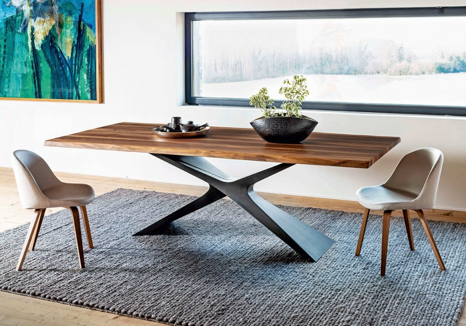 Tavolo Nexus con base in baydur e piano in legno massello di noce con bordo corteccia