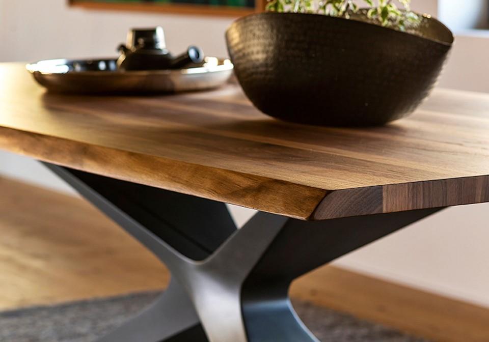 Dettaglio del piano in legno massello del tavolo Nexus