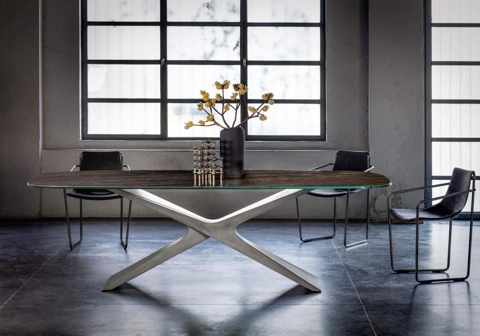 Tavolo Nexus con base in baydur finitura cemento spatolato grigio scuro e piano in cristalceramica marmo noir desir
