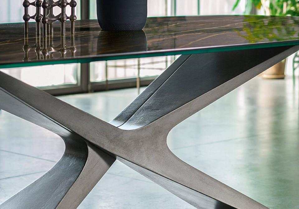Dettaglio della base-scultura del tavolo Nexus