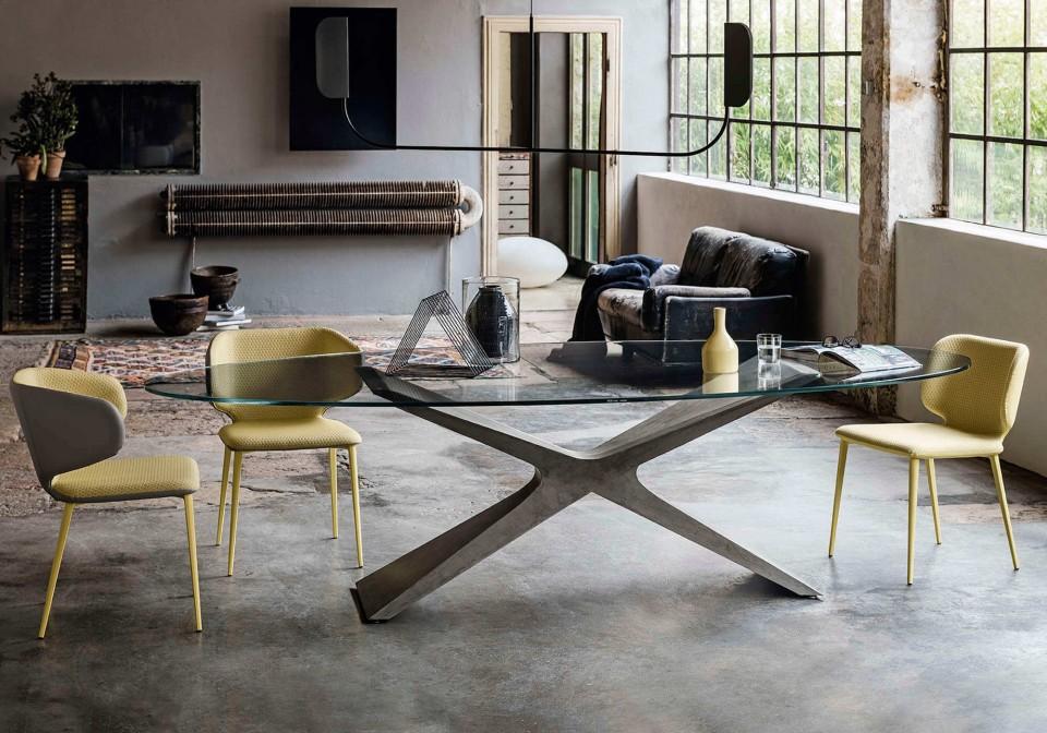 Tavolo Nexus con base in baydur effetto cemento grigio chiaro e piano in vetro stasparente
