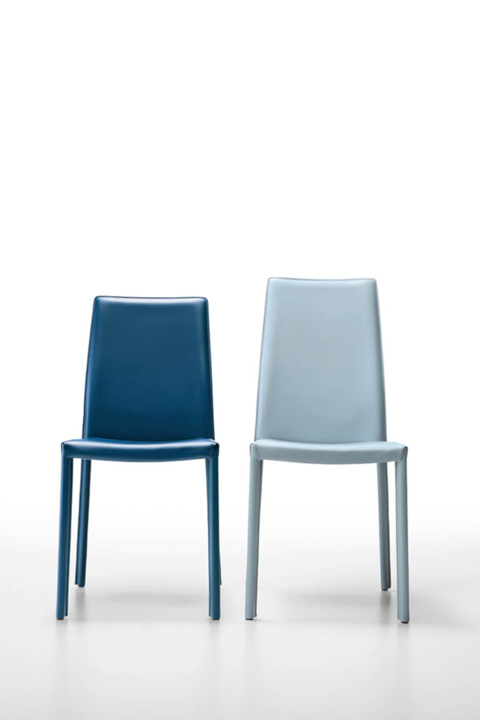 Sedia con schienale alto Nuvola interamente rivestita in cuoio azzurro