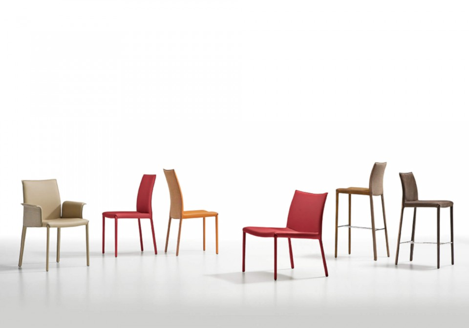 Nuvola chair with high back and four legs base in painted steel