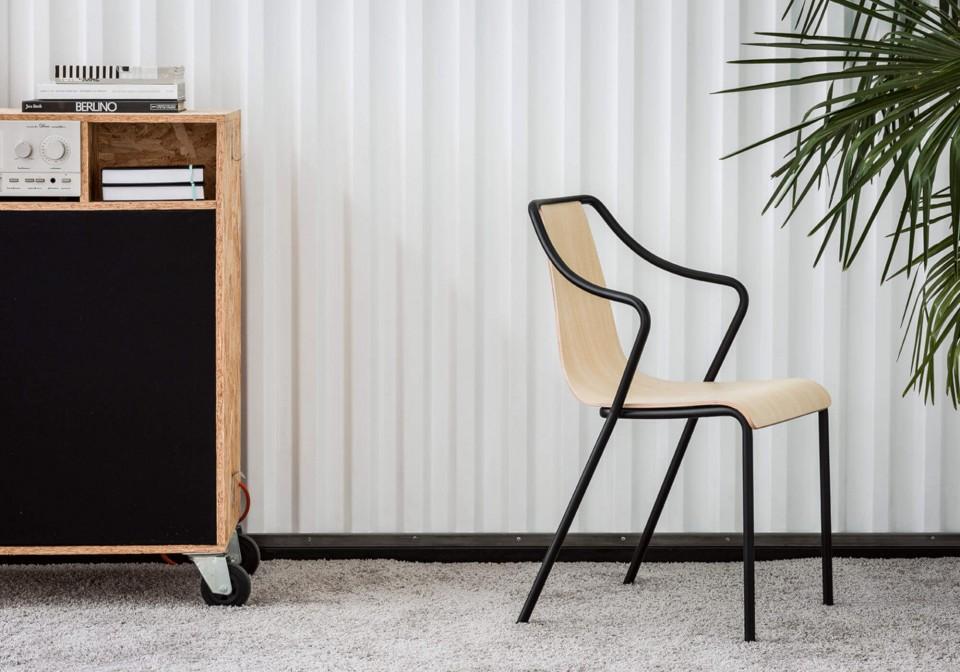 Ola chaise avec assise en bois et structure en métal