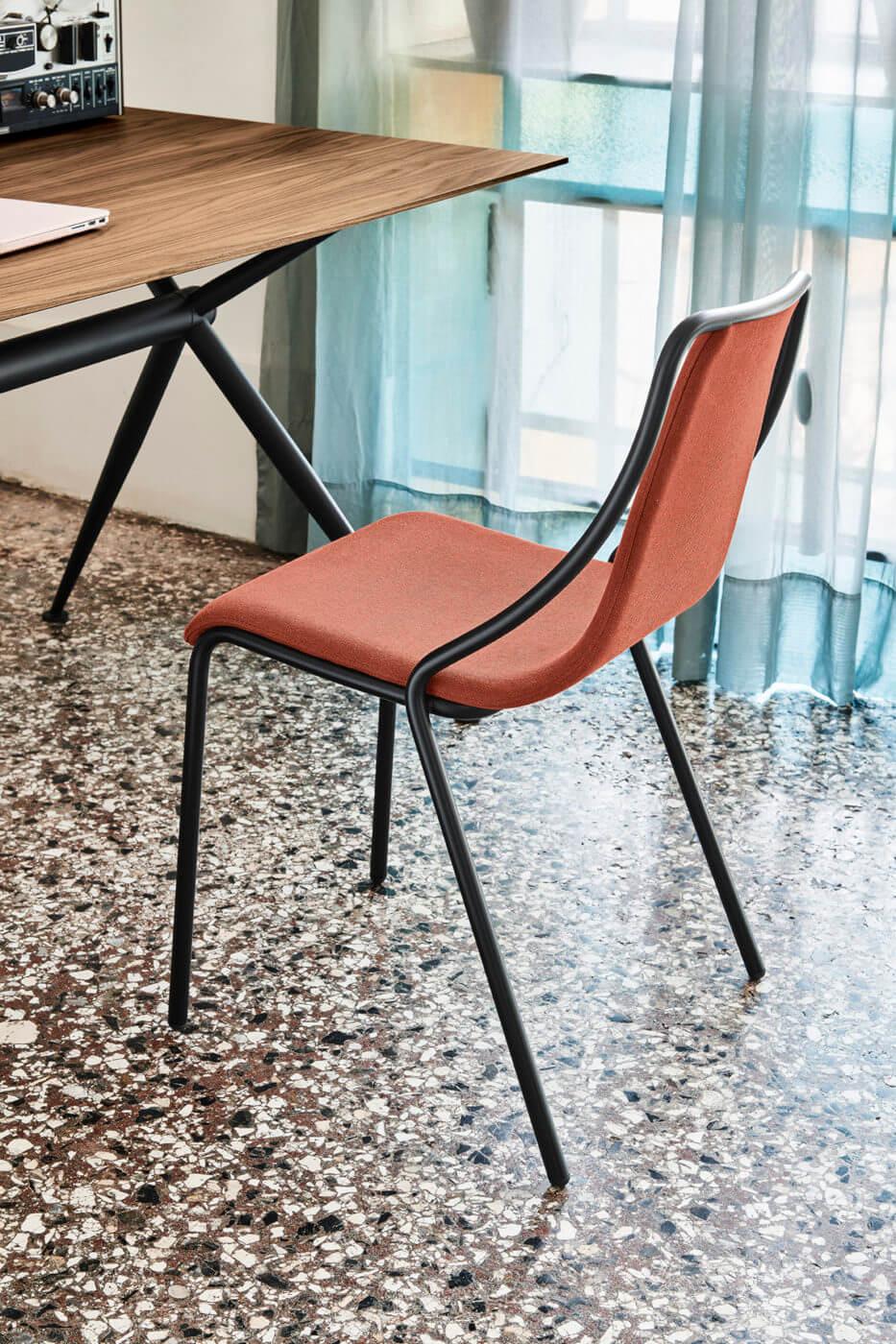 Sedia da ufficio Ola con seduta in tessuto rosso e base in metallo nero