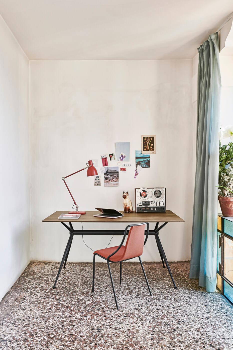 Sedia per ufficio Ola con seduta in tessuto rosso e base in metallo nero
