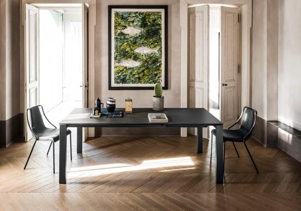 Sedia da tavolo Ola con base in metallo e seduta in tessuto nero