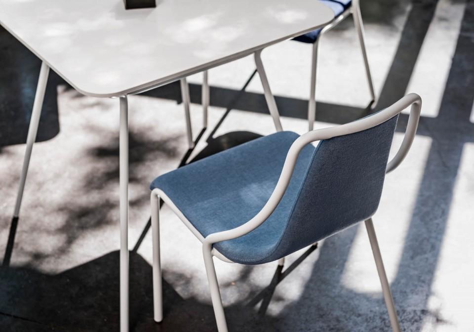 Particolare retro schienale Ola con seduta in tessuto azzurro