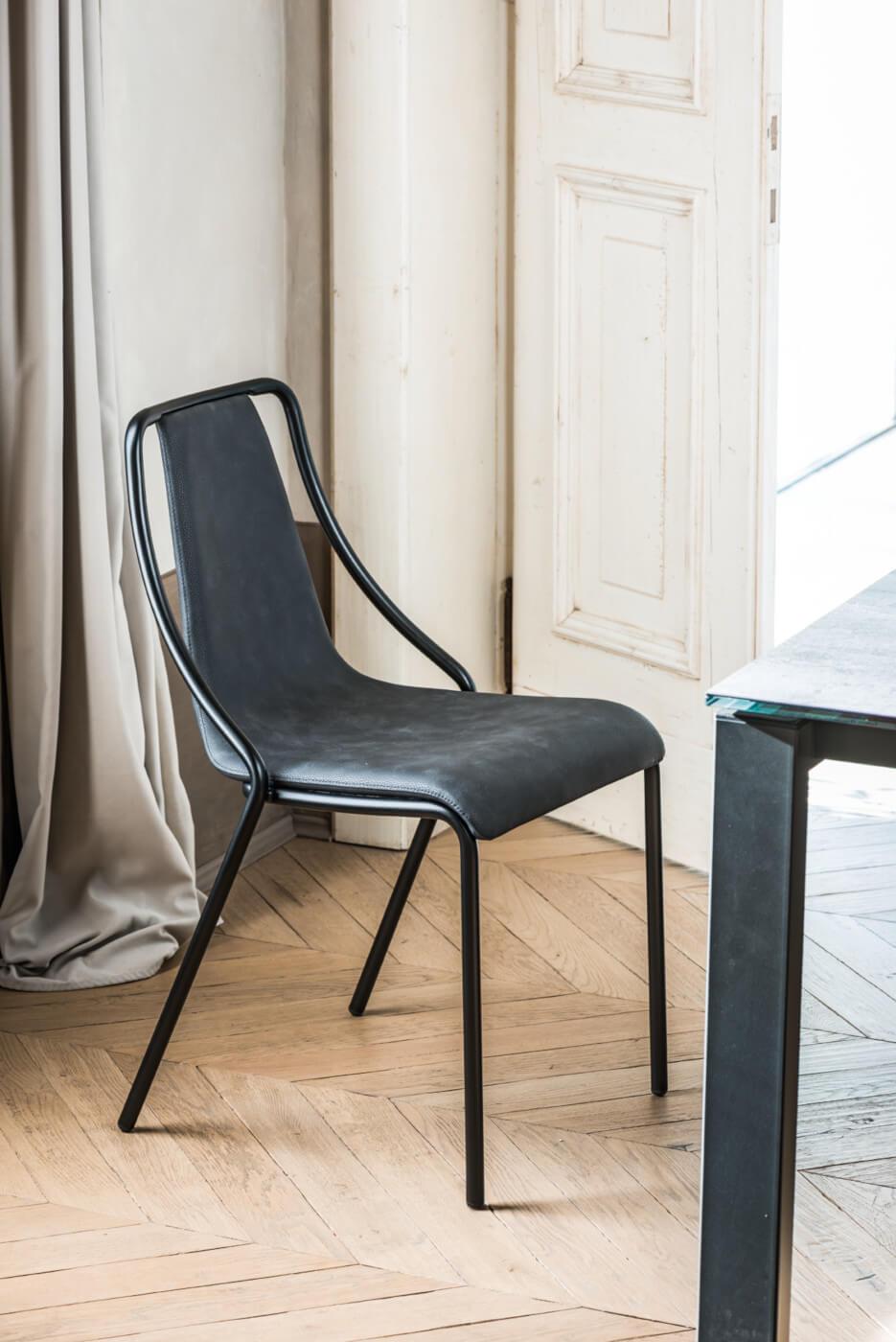 Sedia Ola con seduta in tessuto nero e base in metallo nero