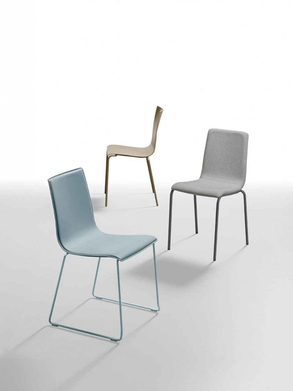 Passepartout chair with blue hide seat and blue painted metal base