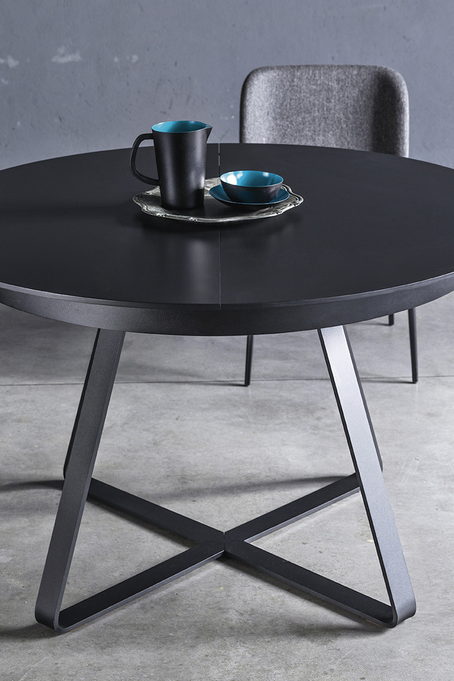Detail of the black wooden top of the Paul table in the round version