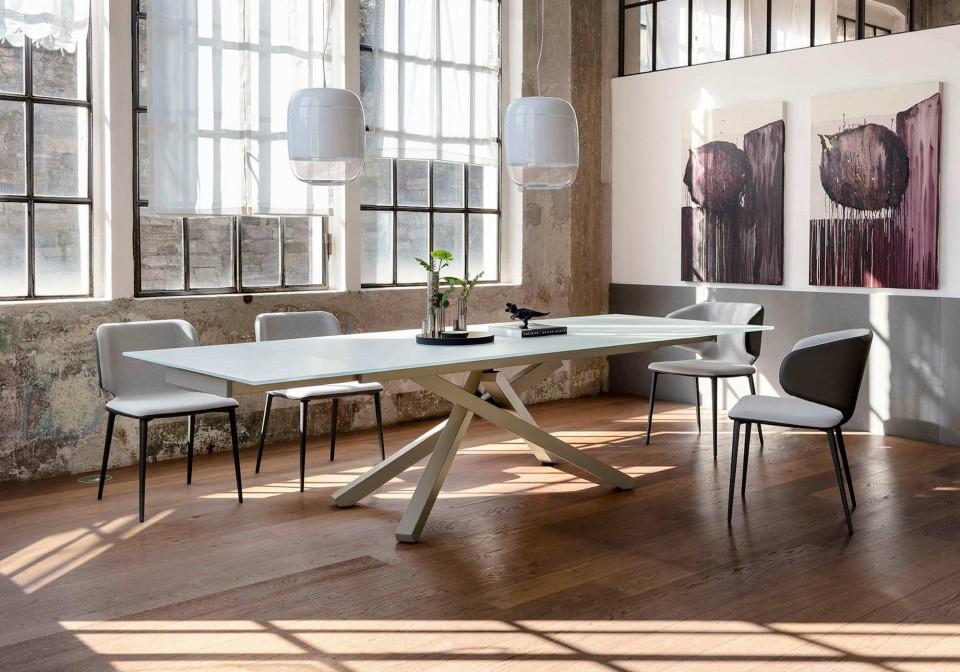 Tavolo Pechino nella versione allungata con base in metallo color corda e piano in vetro bianco satinato
