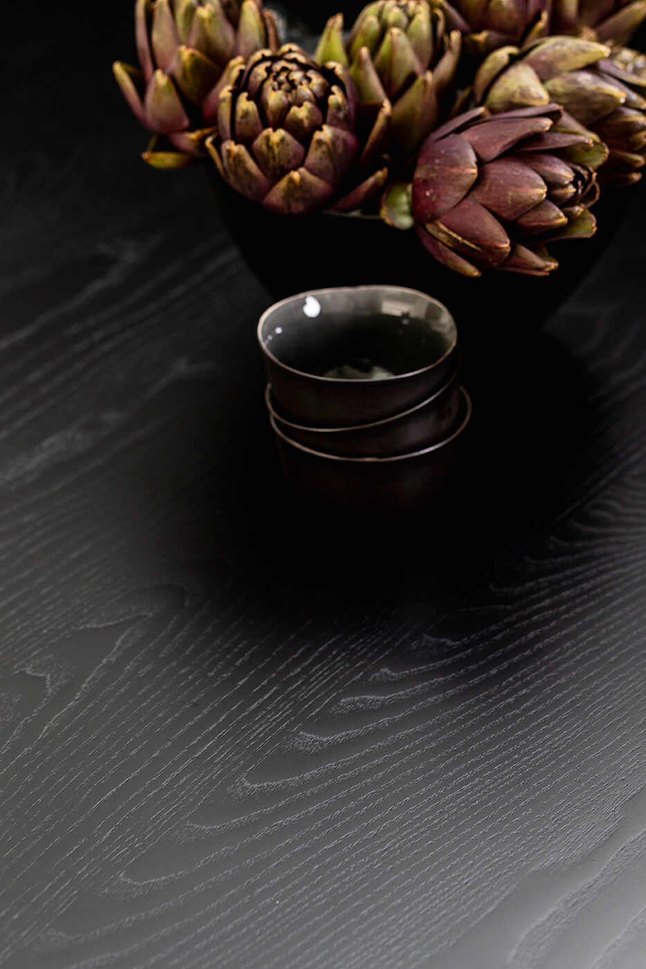 Detail of the black wooden top of the Pechino table
