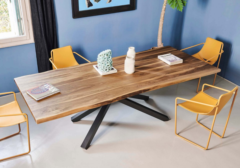 Pechino table with black metal base and solid walnut top