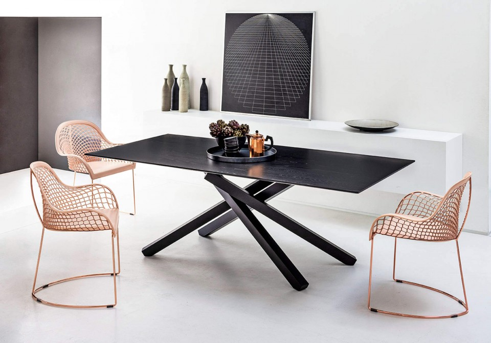 Pechino table with black steel base and black wooden top