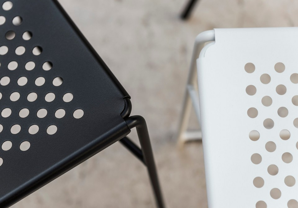 Detail Slim chair with black and white metal seat