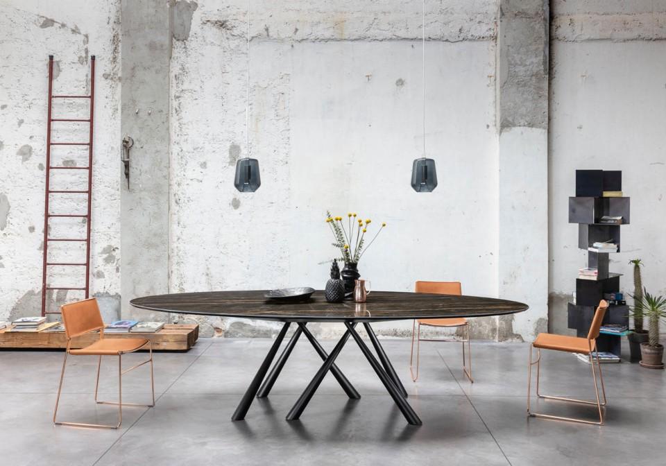 Sedia da tavolo Slim con sedile in cuoio rosa e struttura in metallo verniciato oro rosa