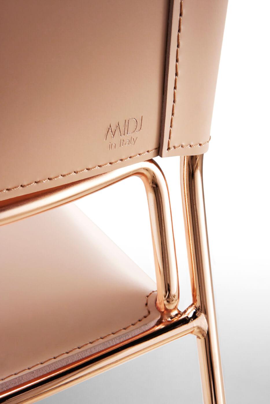 Particolare retro schienale sedia Slim con seduta in cuoio rosa e base in metallo