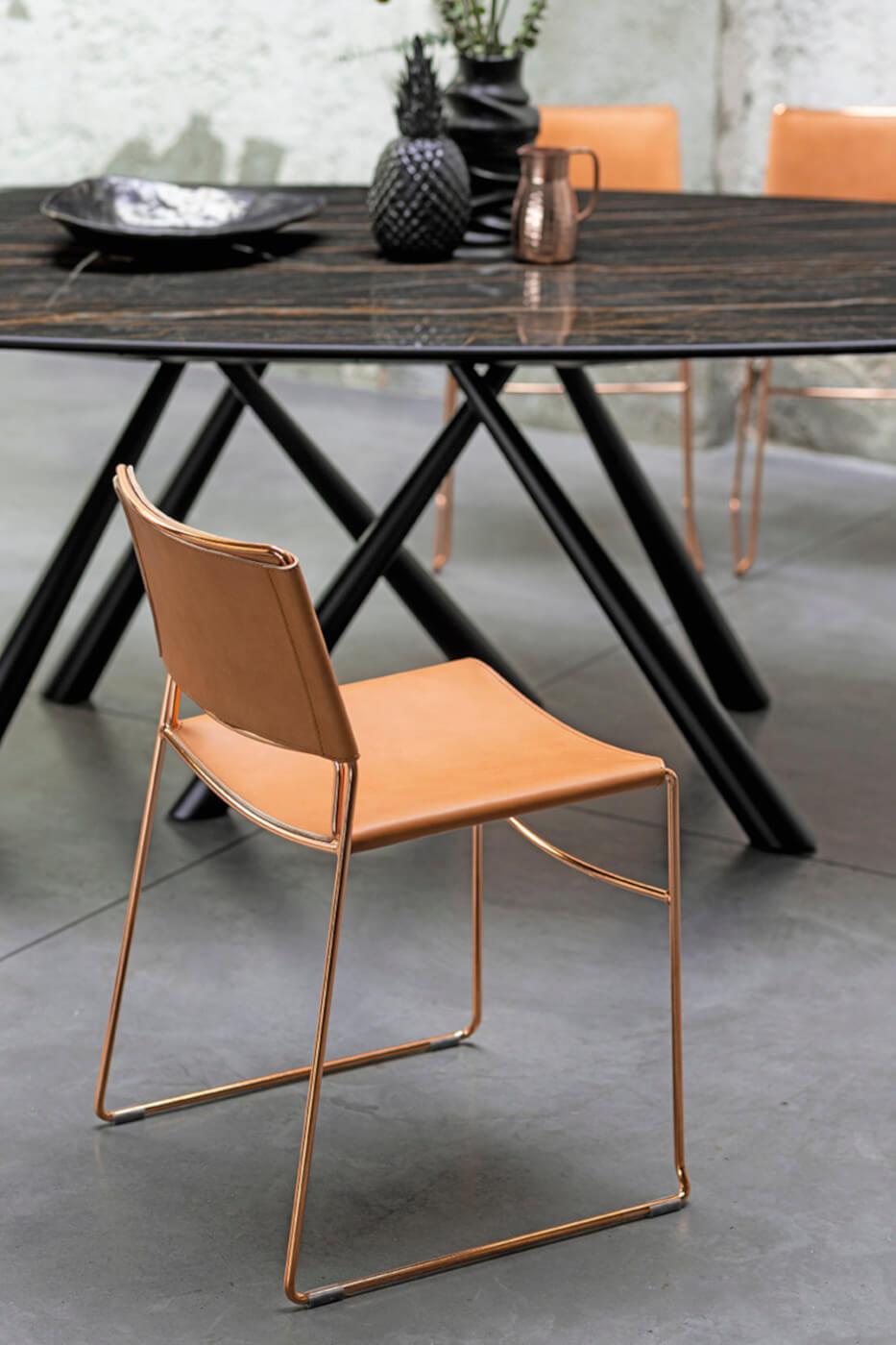 Sedia Slim con seduta in cuoio rosa e base in metallo oro rosa