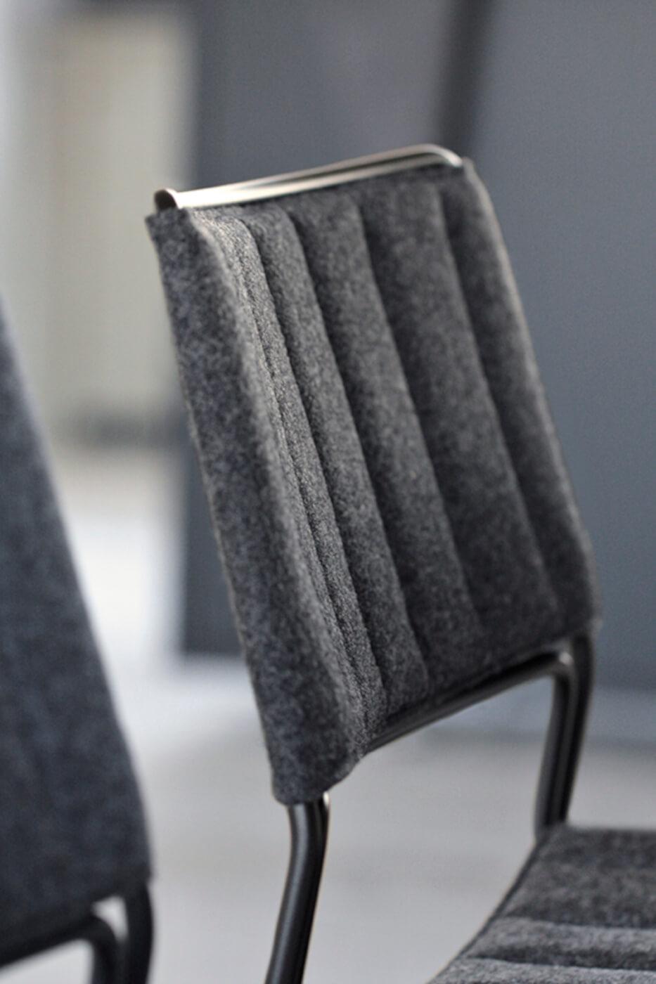 Particolare seduta sedia Slim imbottita e rivestita in tessuto nero