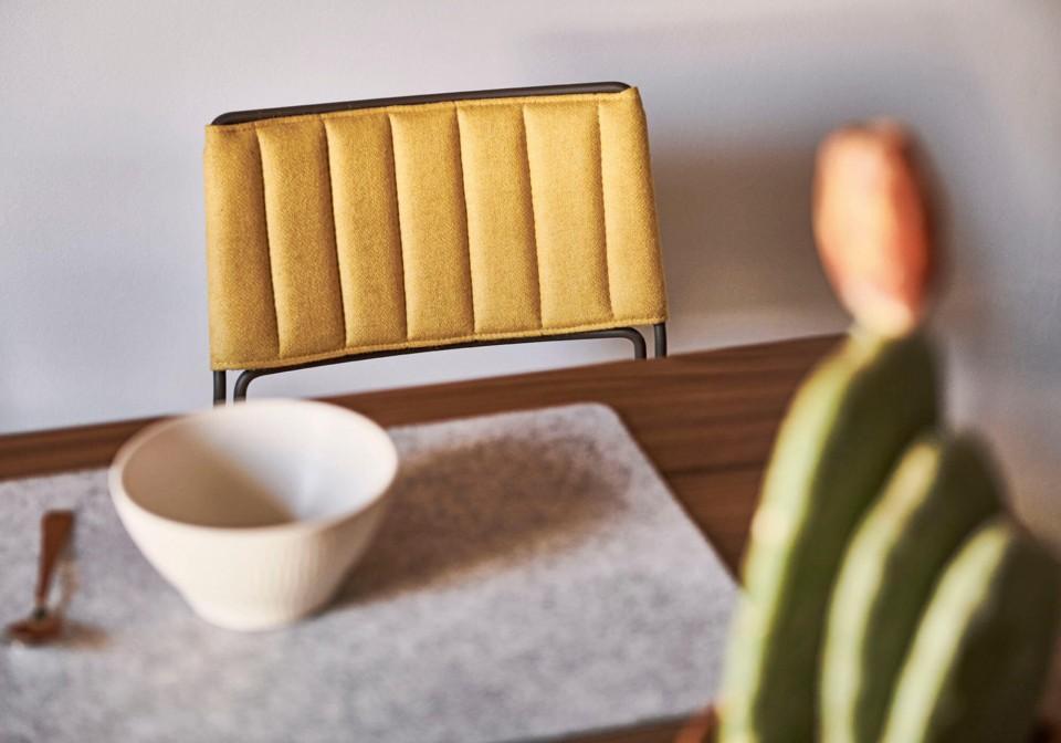 Particolare schienale sedia Slim rivestita in tessuto arancione