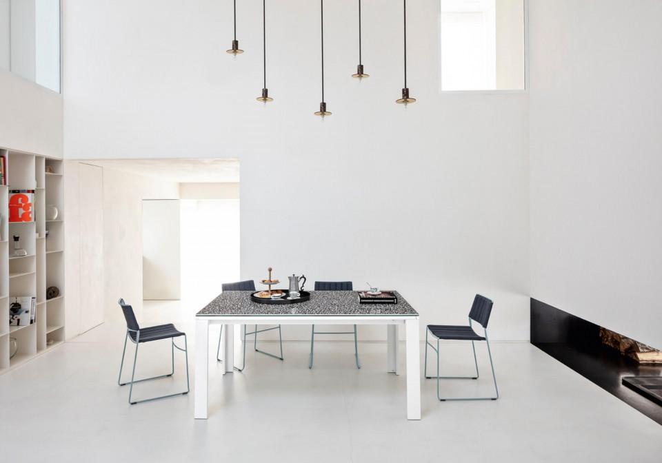 Sedia da tavolo Slim con seduta rivestita in tessuto blu e struttura in metallo azzurro
