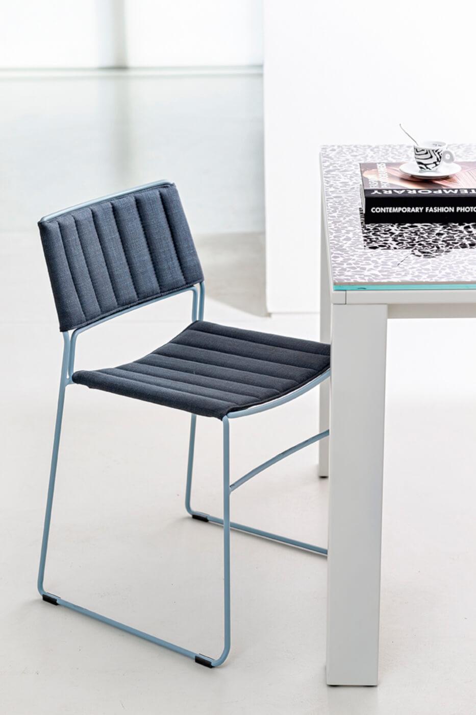 Sedia Slim con sedile rivestita in tessuto blu e struttura in metallo azzurro