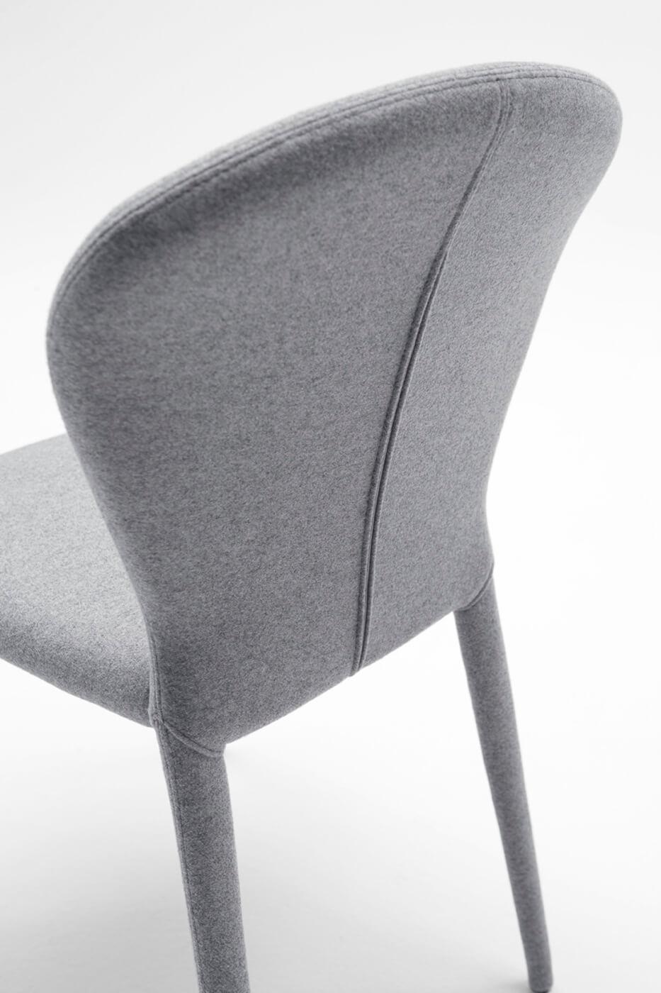 Dettaglio retro schienale sedia Soffio completamente rivestita in tessuto grigio