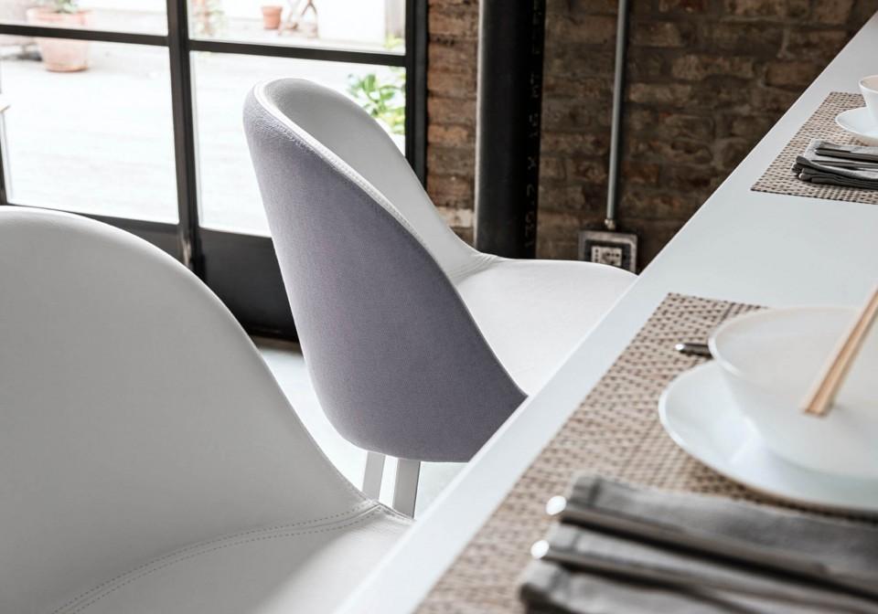 Détail du tabouret Sonny avec assise en cuir blanc et coque arrière en tissu gris