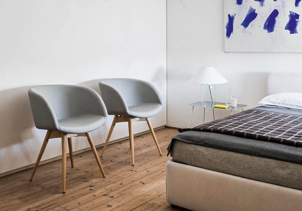 Poltrona Sonny con seduta in pelle azzurro e base in legno