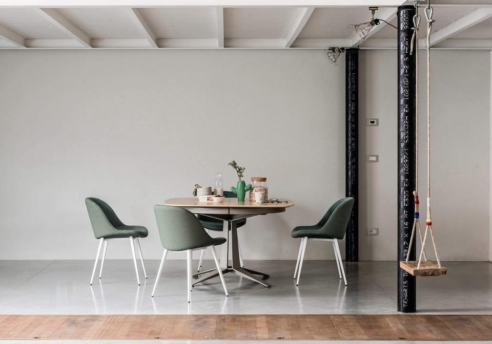 Sonny chaise de table avec assise en tissu vert et pieds en métal peint